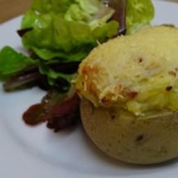 Pommes de terre farcies au fromage et lardons fumés