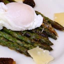 Asperges gratinées au parmesan, morilles et œuf poché