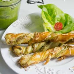 Flûtes feuilletées au pesto de fanes de radis maison et au parmesan