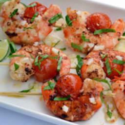 Brochettes de gambas marinés au citron vert, ail et baies de Szechuan rouge