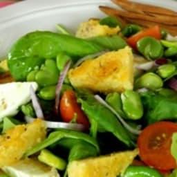 Salade de fèves, pousses d'épinards et polenta épicée grillée