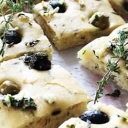 Focaccia aux olives et thym frais