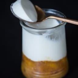 Mousse de yaourt sur compote de mirabelles
