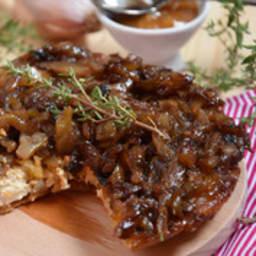 Tatin d'oignons, échalotes, chèvre et caramel au beurre salé