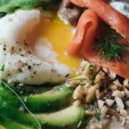 Porridge salé au miso, saumon et avocat