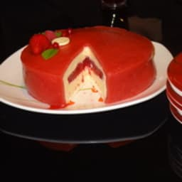 Entremet chocolat blanc fruits rouges sur génoise pralinée