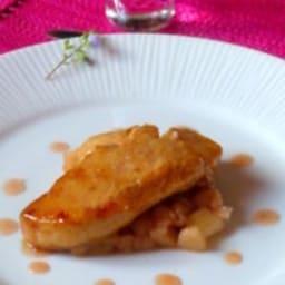 Foie gras laqué poêlé, brunoise de rhubarbe confite et pointe de combava