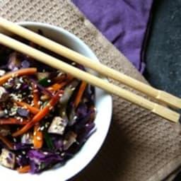 Wok de tofu fumé aux carottes, chou rouge et courgette