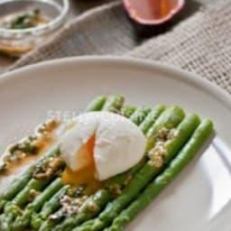 Salade d'asperges tièdes, oeufs mollets, vinaigrette passion