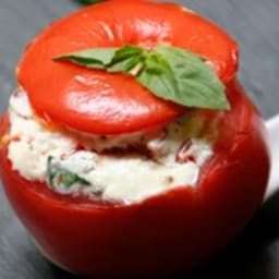 Tomate farcie faisselle, chorizo et basilic
