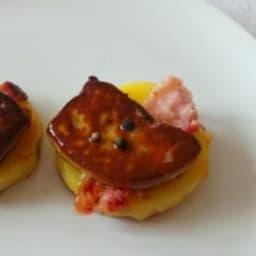 Foie gras cru poêlé sur pommes de terre au lard fumé et poivre Sarawak