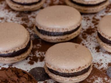 Le macaron à la meringue française au chocolat avec une touche de caramel