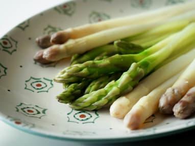 Éplucher et cuire des asperges fraîches