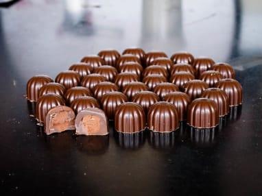 Moulage des chocolats fourrés