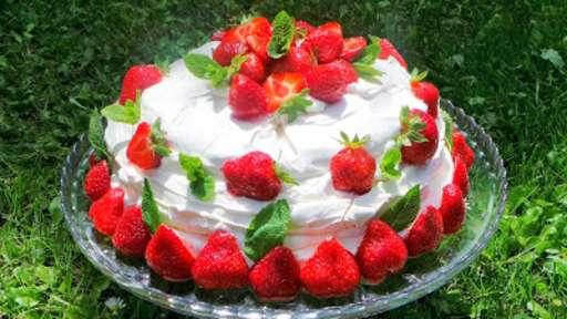 Gâteau meringué aux fraises et sirop de rose