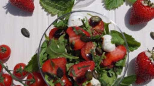 Salade roquette-fraise-tomate-mozzarella