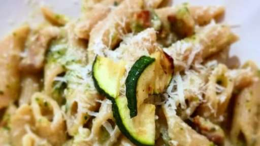 Pâtes complètes, crème de courgette et pancetta