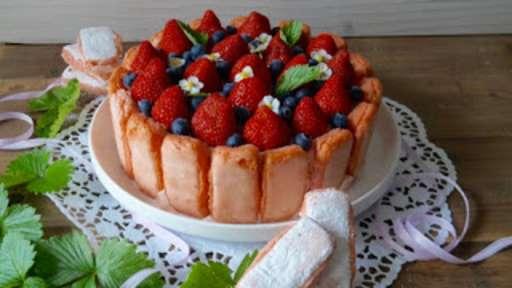 Charlotte aux fraises et à la rhubarbe