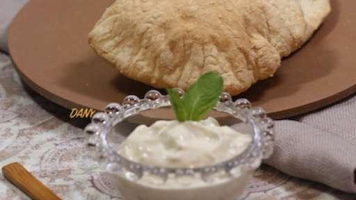Pain pita et sauce blanche