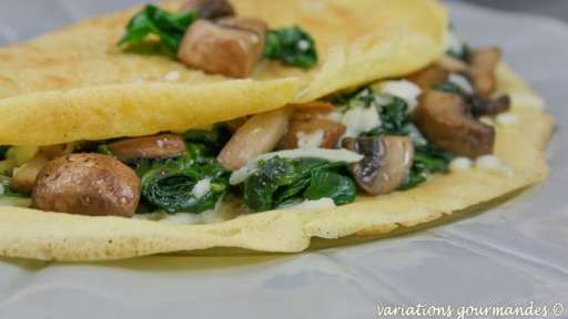 Crêpes salées à la farine de pois chiche, épinards, champignons et mozzarella.