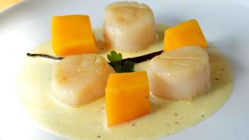 Noix de St-Jacques poêlées à la vanille et aux mangues fraîches