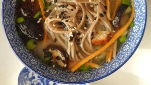 Bouillon de miso blanc aux algues et aux nouilles soba