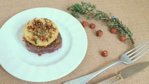 Tournedos de bœuf, pommes poêlées au romarin, miel et noisettes