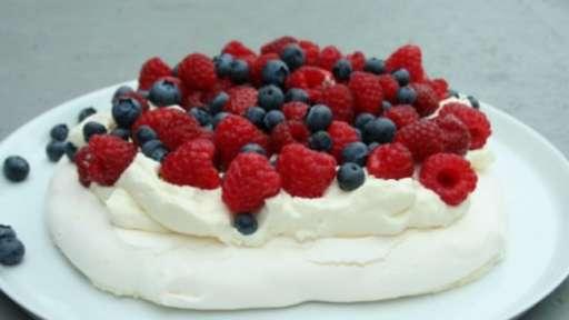 Pavlova aux fraises, myrtilles et framboises