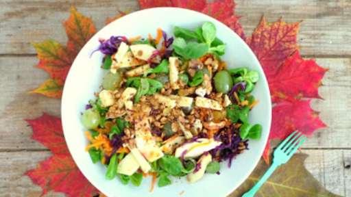 Salade d'automne au gouda au cumin, noix et noisettes