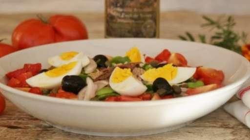 Salade niçoise et son pan bagnat