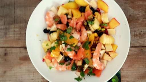 Salade fruitée aux crevettes et saumon fumé