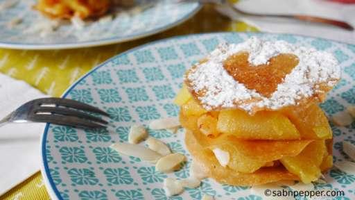 Pastilla sucrée en mille feuilles : pommes, miel et raisins