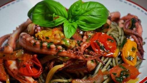 Spaghettis à l'encre de seiche et aux encornets