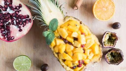 Salade de fruits exotiques : ananas, mangue, grenade