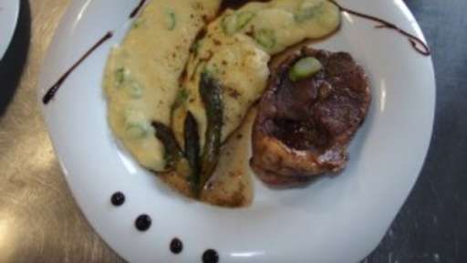 Agneau émincé au balsamique et romarin miélé, polenta aux asperges croquantes