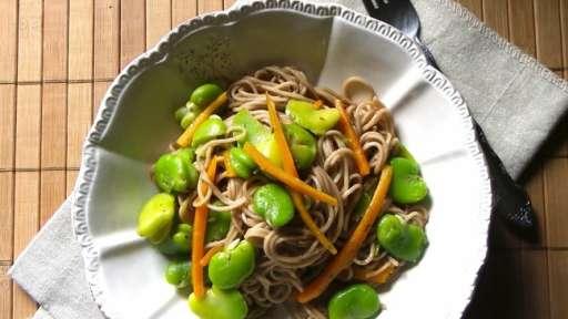 Nouilles au sarrasin, carottes et fèves au beurre de thym