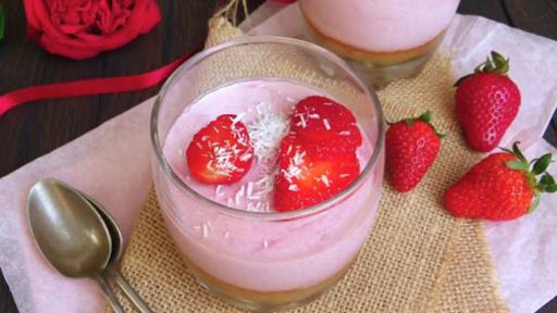 Mousse de fraises vegan à la noix de coco et compotée de rhubarbe