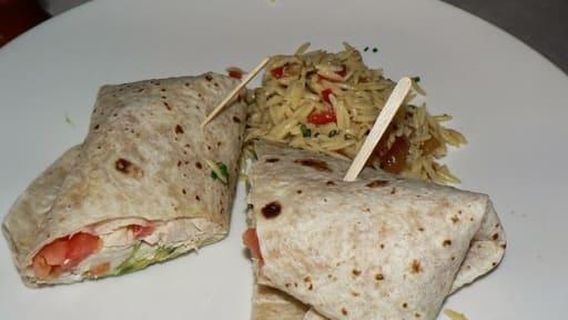 Wrap tortilla au poulet, tomates, poivrons, guacamole, mayonnaise