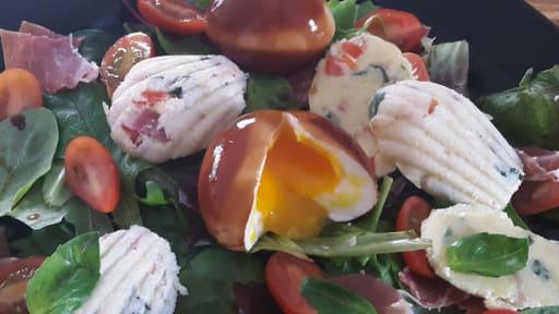 Salade à l'oeuf poché au balsamique, et crème de gruyère