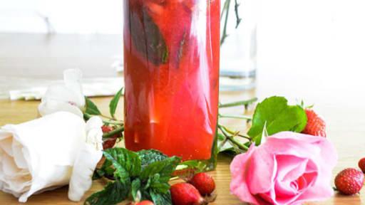 Cocktail d'été rafraîchissant fraises, framboises, menthe, citron