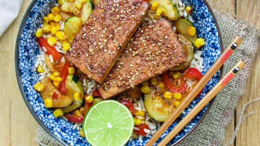 Tofu épicé et riz aux légumes