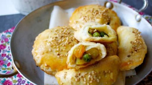 Chaussons végétariens épicés à l'indienne, sauce yaourt et menthe