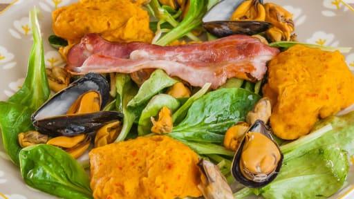 Salade de gnocchi de potimarron aux moules et à la poitrine fumée