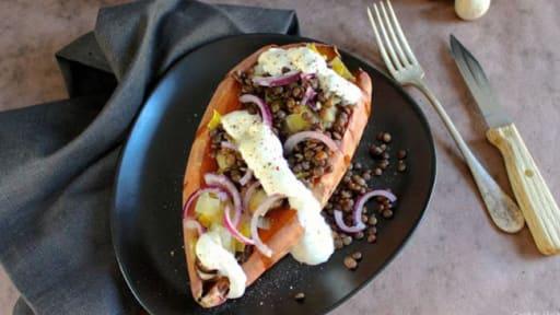 Patate douce au four, garnie de lentilles, poireau, champignons et oignon rouge