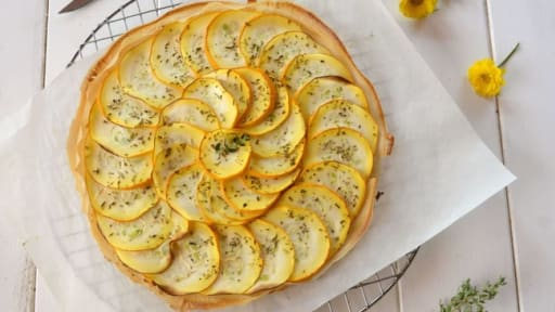 Tarte fine aux courgettes jaunes et herbes de Provence