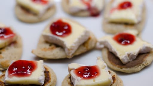 blinis au camembert et au coulis de framboise - Canapes Aperitif Originaux