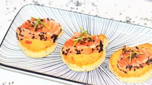 Toasts sésame, saumon tataki, houmous