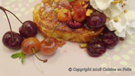 Brioche perdue, compotée aux cerises bigarreau et cerises napoléon chantilly et éclats de pistaches grillées