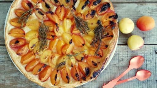 Tarte aux deux abricots, miel et romarin