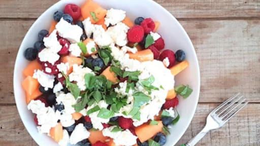 Salade melon, myrtille et chèvre frais